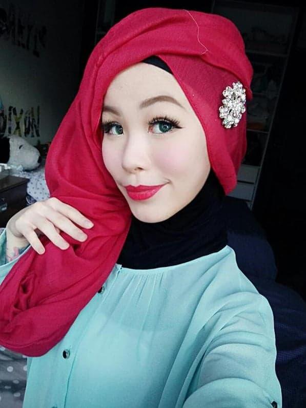 Hijab style Halloween - Look 7, Choisir un hijab rouge pour rassembler à Ariel