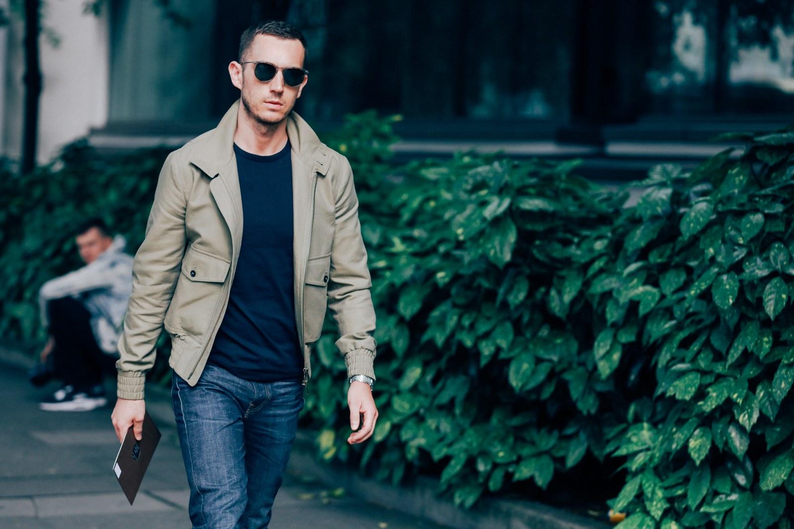 Le nouveau manteau Camel : À présent, vous avez, sans doute, amassé un trésor impressionnant de vêtements noir et marine, ce qui est excellent. Les couleurs sombres c'est bien. Mais quand vous voulez vous distinguer de la foule, essayez une veste kaki, comme celui-ci, repérée dans les rues de la Fashion Week.