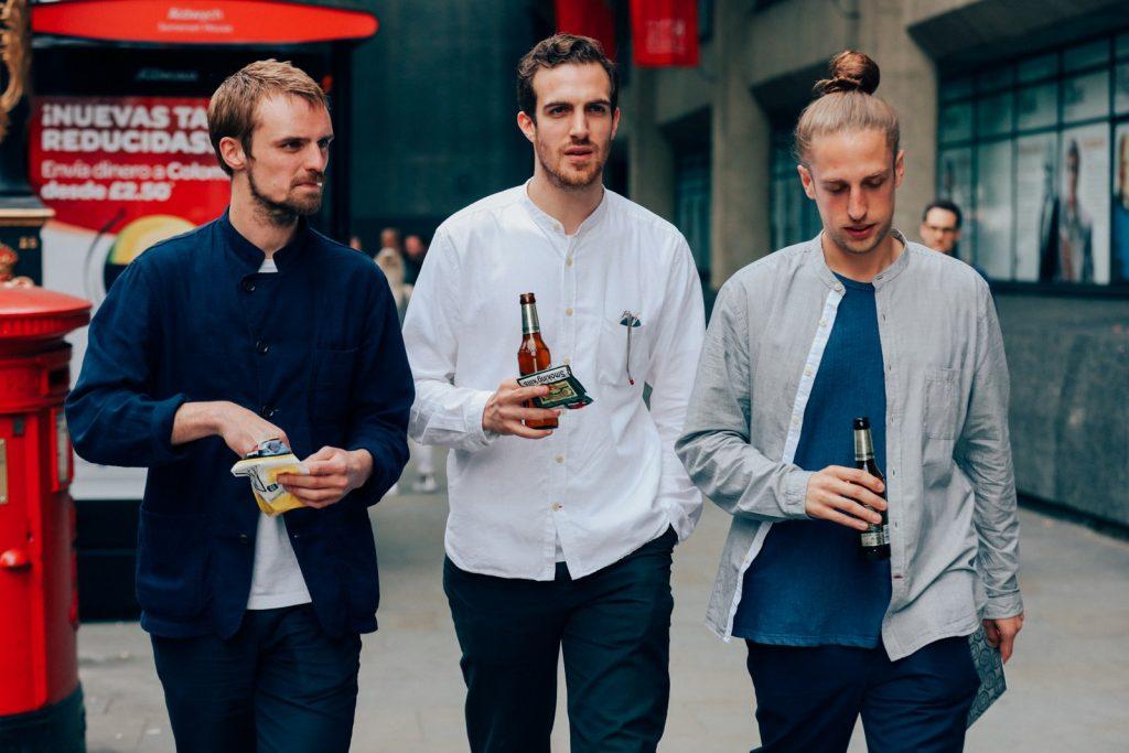 Look faciles pour homme tendance 2017 - Chemise avec col à ruban : Les chemises avec col à ruban sont partout et il est facile de voir pourquoi - ils sont un remplaçant facile et décontracté pour les classiques d'Oxford, mais avec le facteur un peu cool.