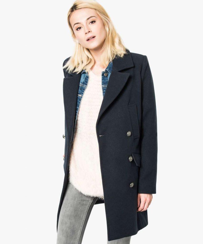 Manteau pour femme. Col large. Fermeture avec double rangée de gros boutons. Deux poches poitrines ouvertes et deux poches plus basses avec rabas.