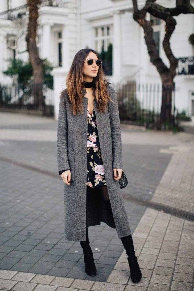Petite robe à imprimé combinée avec un manteau long en gris