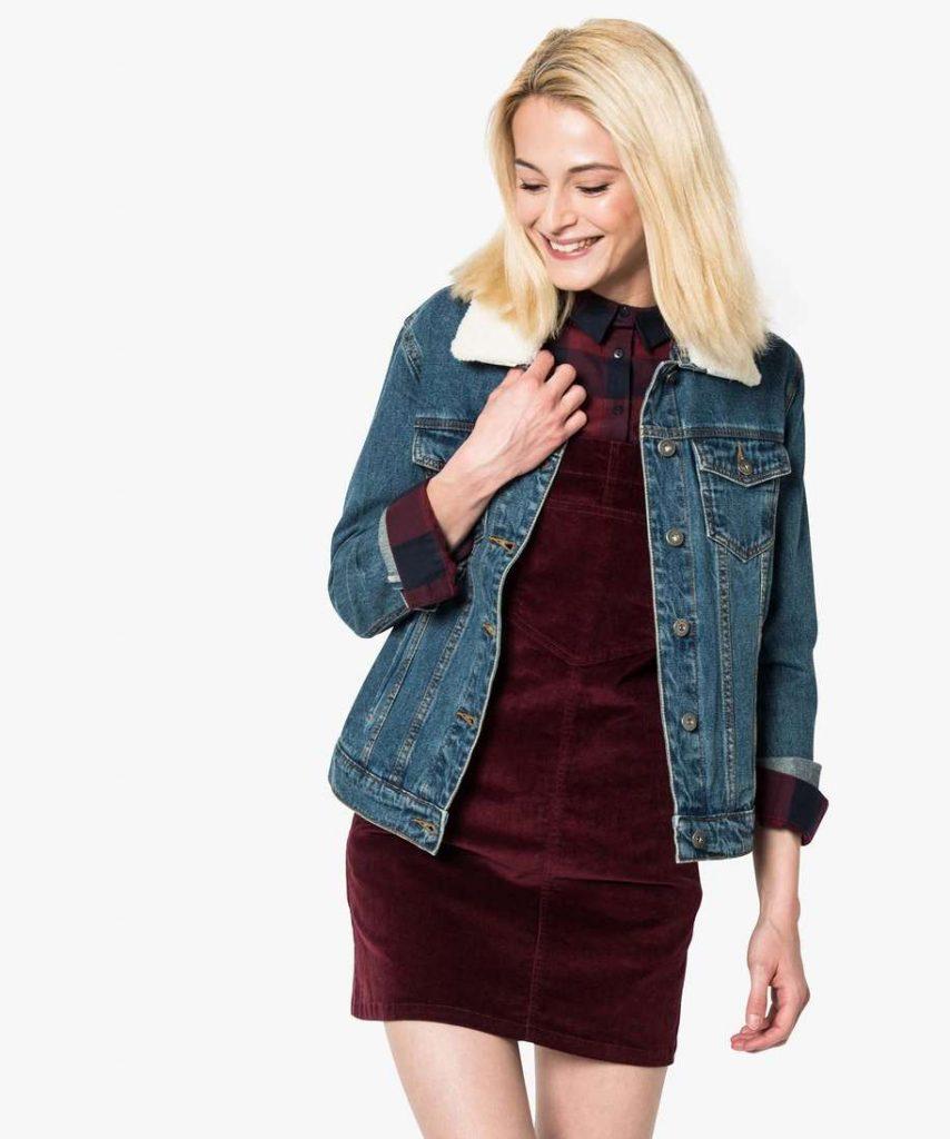 Veste en jean pour femme. Fermeture avec boutons. Deux poches ouvertes et deux poches poitrines avec rabat boutonné. Col fourré.
