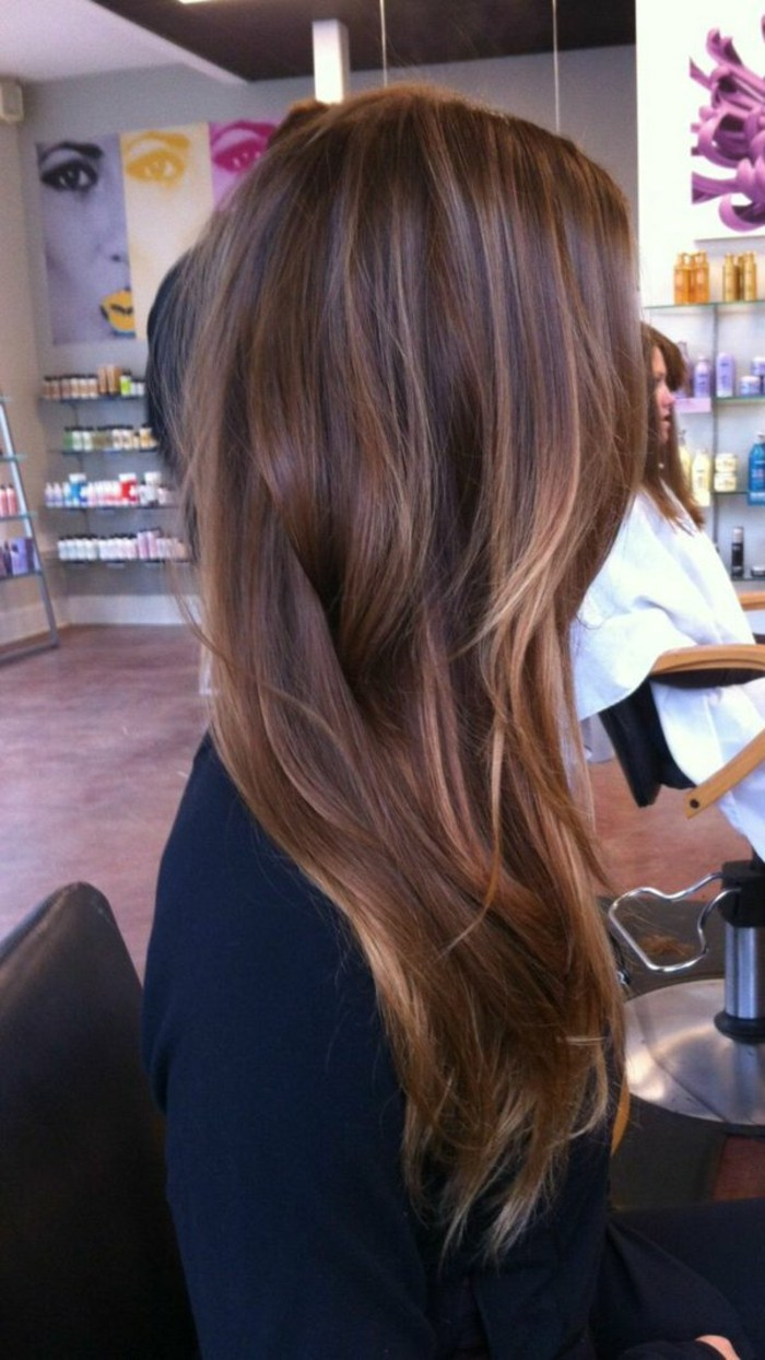 balayage-naturel-sur-cheveux-couleur-marron-glace-balayage-en-blond