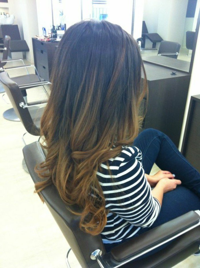 cheveux-chatain-long-femme-blouse-aux-rayures-blanches-noires