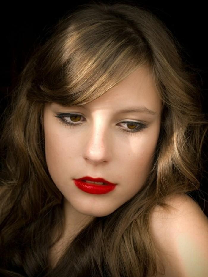 cheveux-en-chatain-dore-clair-femme-aux-levres-rouges-fonces