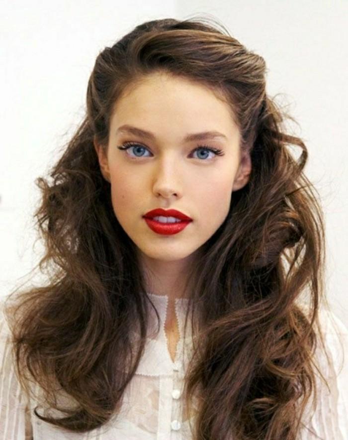 coiffure-cheveux-boucles-levres-rouges-yeux-bleus-chatain-fonce-chemise-en-dentelle-blanche