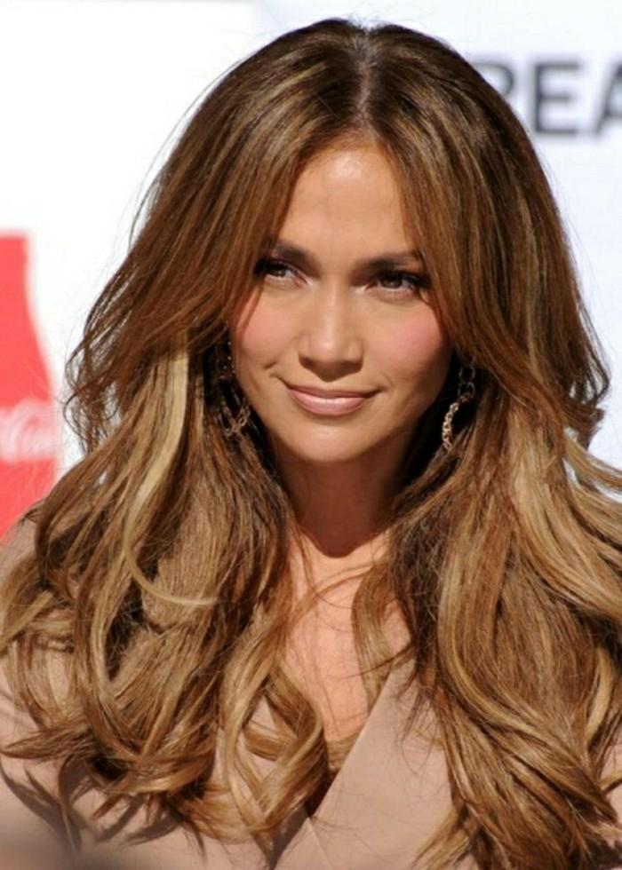 coiffure-couleur-marron-glace-des-stars-jennifer-lopez-cheveux-librement-tombant