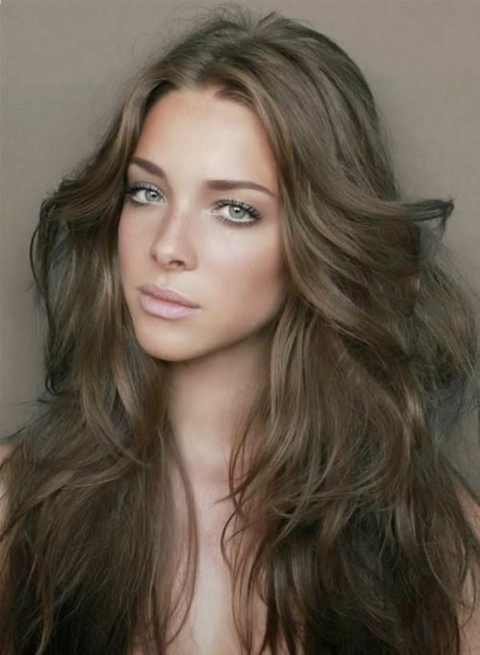 couleur-chatain-clair-jolie-coiffure-negligee-pour-les-filles-aux-yeux-verts-idees-coupe-cheveux