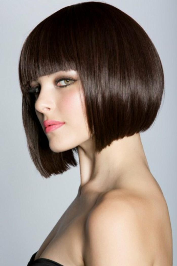 coupe-de-cheveux-courte-cheveux-chocolat-fonce-coupe-courte-yeux-verts