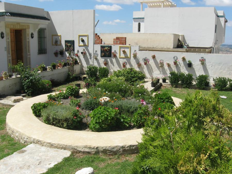 Décorée avec soin et goût inspiré du patrimoine traditionnel et culturel Kéfois, la maison vous offre confort et tranquillité. - Contact: (+216) 20 447 116 | Site web