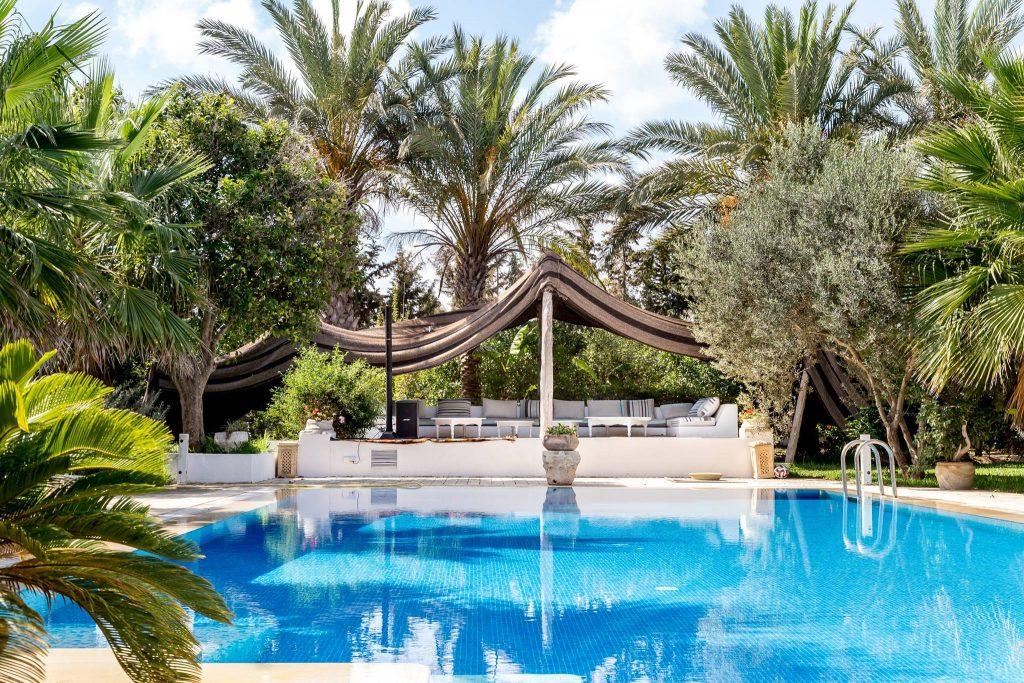 La maison se trouve à Ras Jebel, une petite ville côtière du nord-est de la Tunisie, à 45 min de Tunis. Fondée par les Romains, Ras Jebel a accueilli par la suite les Andalous qui y ont laissé une empreinte ancrée dans les habitudes culinaires, vestimentaires…