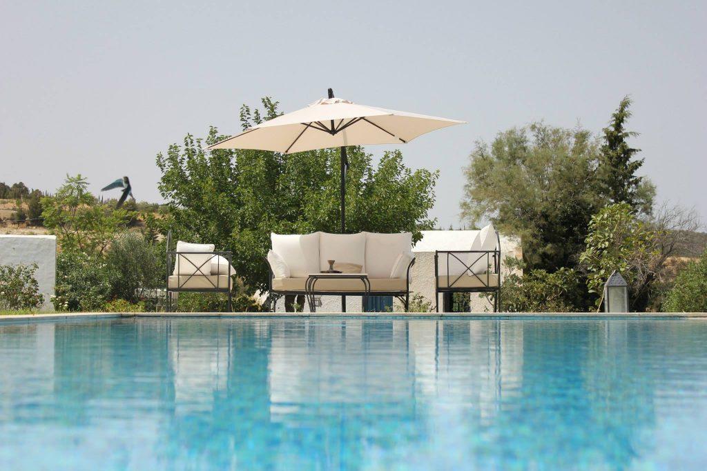 Tout en restant proche des golfs, plages, marina, centres de thalasso et autres attractions de Hammamet, la villa offre un calme appaisant et une nature luxuriante a 15mn de Hammamet.