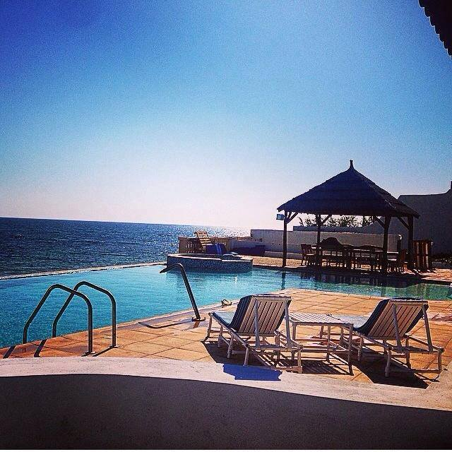 Idéalement située à Ras Jbel, cette maison d'hôtes Pieds dans l'eau, cette villa vous offre un cadre exceptionnel avec vue panoramique sur la Méditerranée. Contact: (+216) 52 505 011 / (+216) 29 533 000 | Facebook