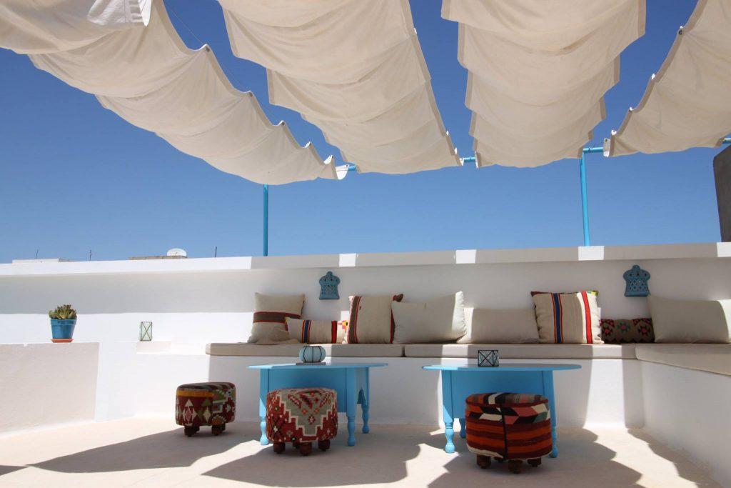 Dar R'Bat est une maison d'hôtes située dans la médina de Nabeul en Tunisie. Sa conception a été réalisée dans le respect de la maison traditionnelle tunisienne avec tout le confort actuel.