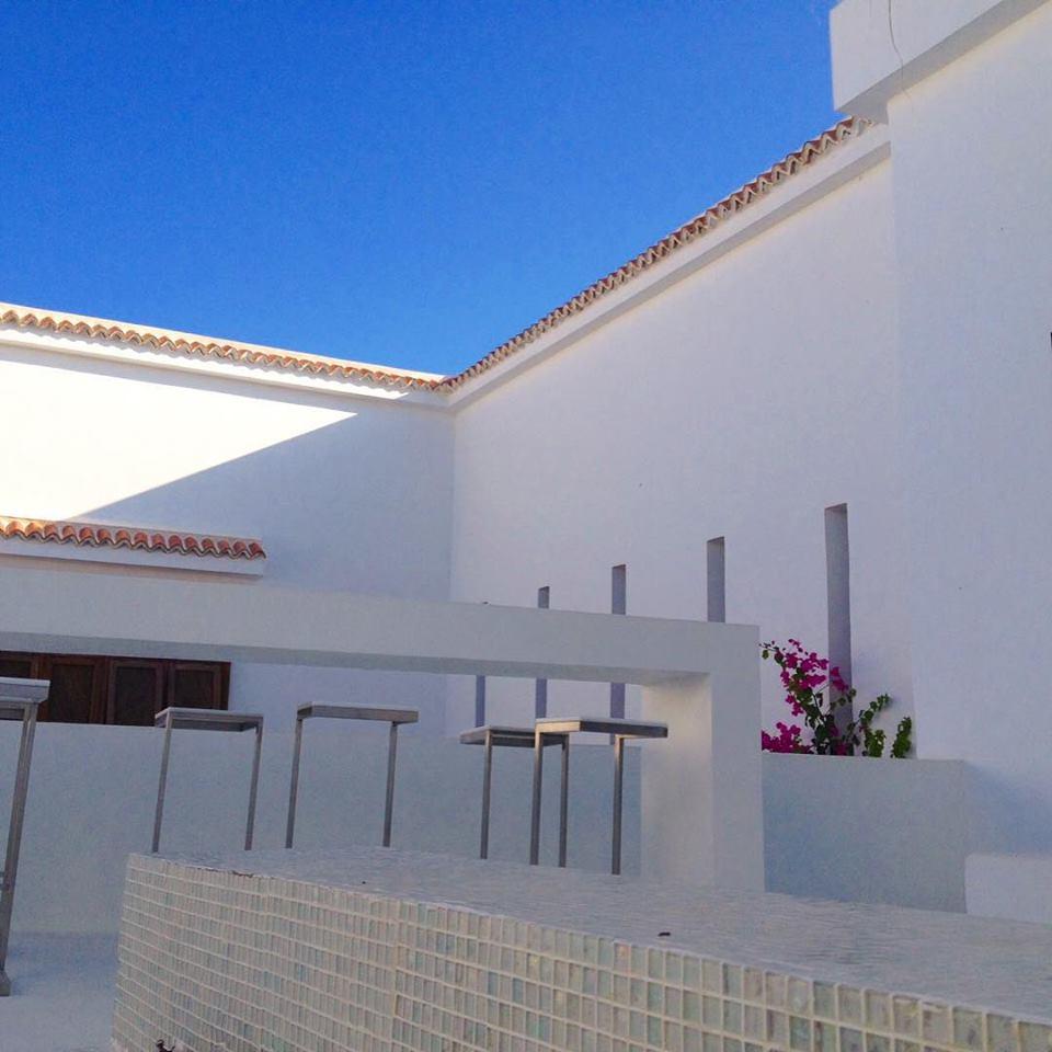 Mariant tradition et modernité, dans un environnement de vergers et de jardins, cette maison d'hôtes bénéficie de la douceur du climat méditerranéen et de la proximité immédiate de l'une des plus belles plages de sable fin de la côte tunisienne.