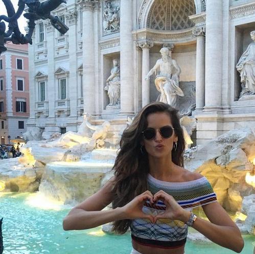 Izabel Goulart Nationalité: Brésilienne Taille: 1m79 Agence: Supreme Management Crédit Photo: Instagram @iza_goulart