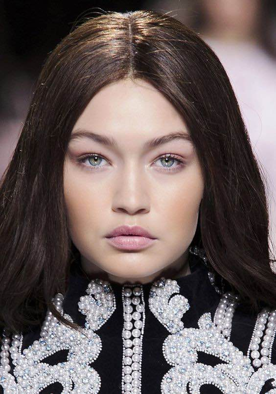 LES PAUPIÈRES semblent quasi nues chez Balmain : Brow Dimension, Laura Mercier. Eye Tint Smoky Nude, Giorgio Armani Beauty. Highlighting Duo Pencil, Anastasia (chez Sephora). Brow Precise Fiber Filler, Maybelline New York.