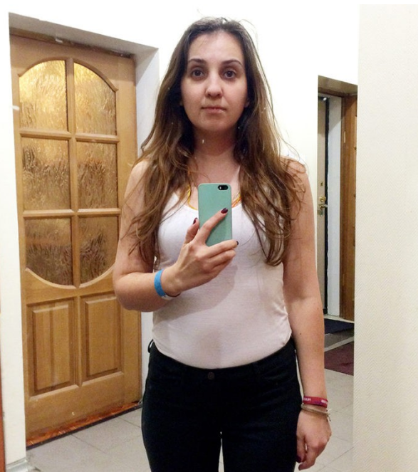 """A la maison, pas de doute, le miroir ne ment pas. La fille cite : """"Je ne peux pas dire je sois grosse (et j'espère que vous ne le penserez pas !). Mais j'ai sans doute des défauts, que certaines cabines d'essayage ont certainement minimisé voire éliminé purement et simplement."""""""