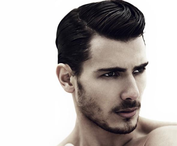 Coupe de cheveux pour hommes avec la sГ©paration sur les cГґtГ©s