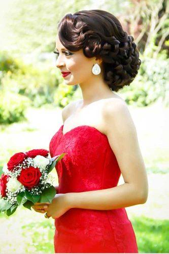 Coiffure mariée retro pour la saison 2017 avec une robe rouge