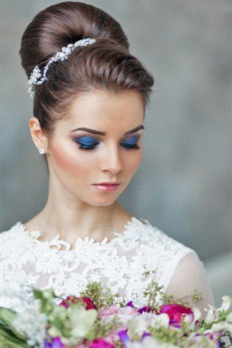 Coiffure de marie vintage tendance 2017 avec ces ravissantes épingles à cheveux ornées de fleurs en métal et cristaux Swarovski sertis.