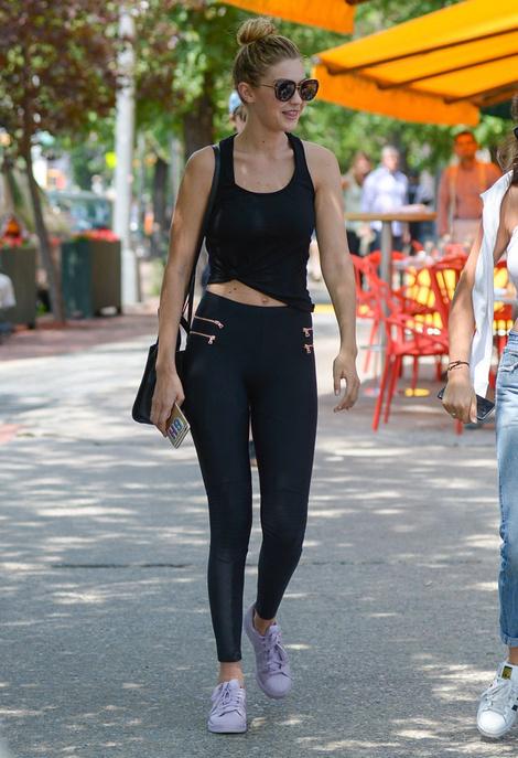 Gigi hadid en leggings et Adidas Superstar pastel avec un total look noir - Look Tendance 2017