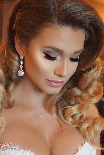 Les couleurs pastel conviennent parfaitement à la peau pâle. Connues pour leur capacité de créer un look poupée, les nuances de rose et bleu pâle sont parfaites pour la réalisation d'un maquillage romantique pour la fête des amoureux.