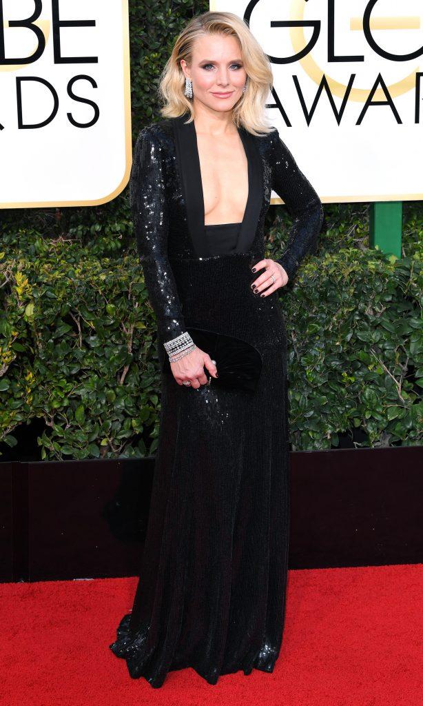 Golden globes 2017 - Kristen Bell en robe de cocktail Jenny Packham : Il est impossible de ne pas fixer le décolleté parfaitement bronzé de l'actrice dans cette robe noire de sequin. Le design reste équilibré grâce à la manche longue et la jupe fluide.
