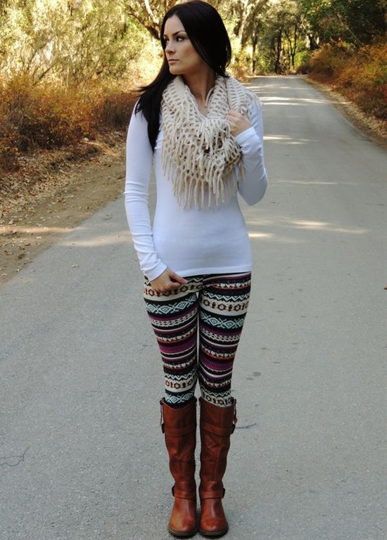 Jolie Legging Longue Imprimé Aztèque Tribal avec pull blanc, bottes hautes et écharpes.