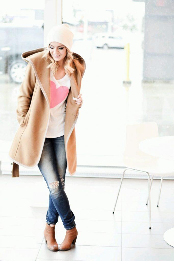 Tenue St. Valentin: Pull blanc avec cœur + jean + manteau beige + bottines.