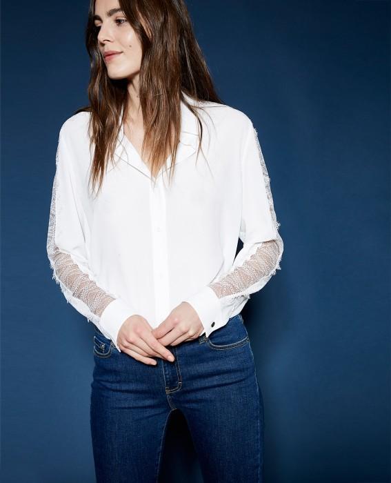CHEMISE CRÊPE BLANCHE DENTELLE : Cette chemise est confectionnée dans un crêpe fluide et vaporeux. Elle se pare de délicates incrustations de dentelle aux épaules et le long des manches. Associée à une jupe crayon et à une paire d'escarpins cette chemise conviendra parfaitement à un business look comme à une tenue du soir associée à l'une de nos vestes Biker.