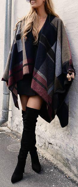 Le poncho Combiner avec une robe noire et des bottes cuissardes aux dessus du genou
