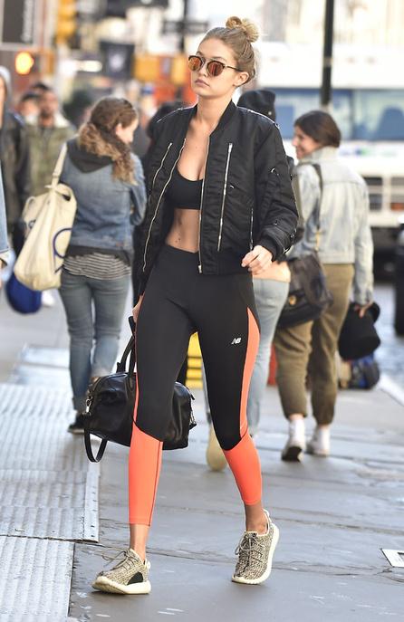 Look tendance 2017 - Des baskets léopards avec un look noir et leggings rayés
