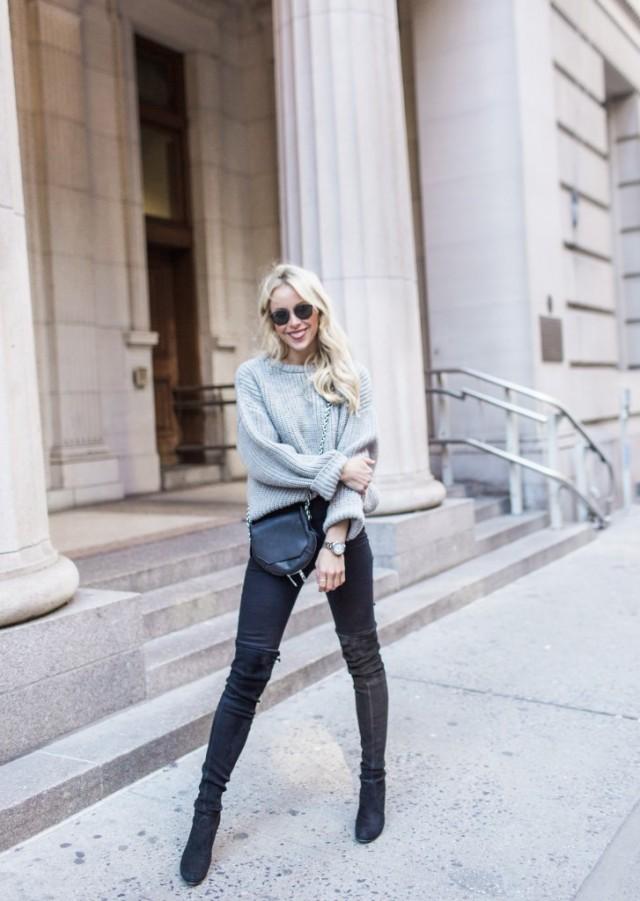 La pièce phare de la tenue est incontestablement la paire de cuissardes en cuir noir. Les chaussures peuvent être difficiles à associer. Si vous voulez les tester, attention aux robes ou jupes trop courtes et décolletés profonds.