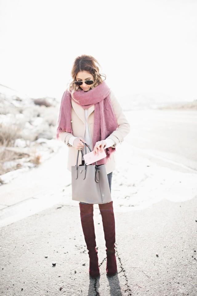 Tenue tendance 2017 avec cuissardes, manteau et écharpe - Bottes Neiman Marcus