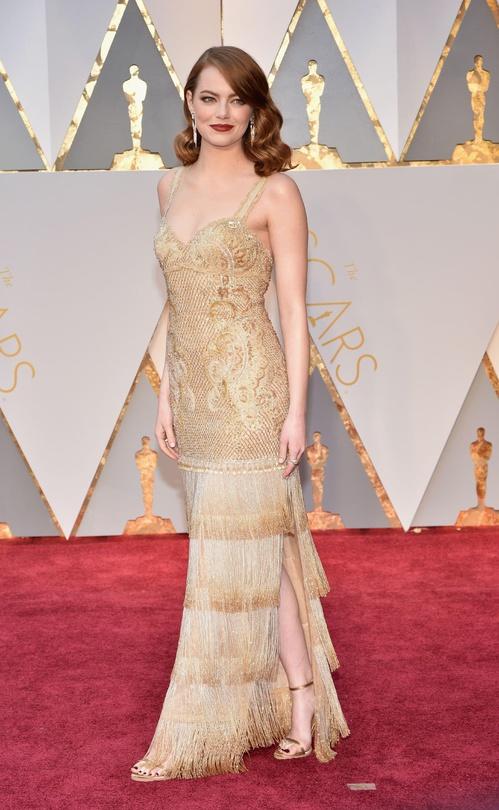 Les chroniqueurs de mode ont estimé qu'Emma Atone a caché un message derrière sa robe à franges dorées, signé par Givenchy, robe inspirée des années 20, l'actrice a profité de cette cérémonie pour passer un message politique féministe