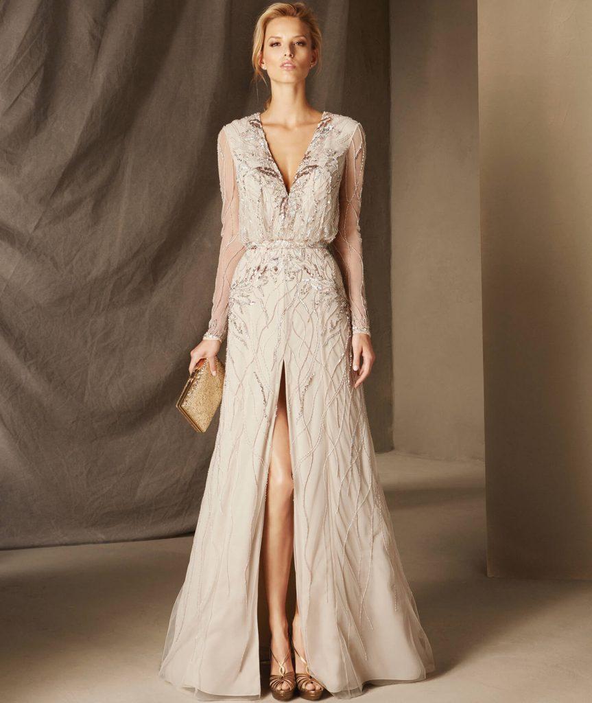 BAHAMAS : Avec une touche ethnique et riche en jolies pierres fines, cette robe de soirée à décolleté en V, manches longues et taille cintrée, confectionnée en tulle moelleux vous laissera sans voix.