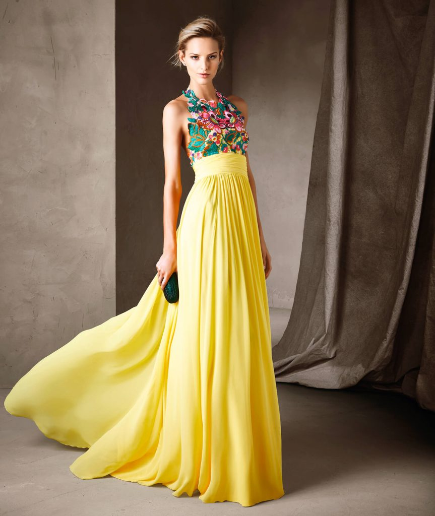 CISCA : Le printemps prend la forme d'une robe longue style évasé confectionnée en gaze et guipure multicolore. Une splendide mosaïque florale décore le bustier à décolleté licou sans manches. Un jupon souligne la taille et laisse place à une splendide jupe vaporeuse.