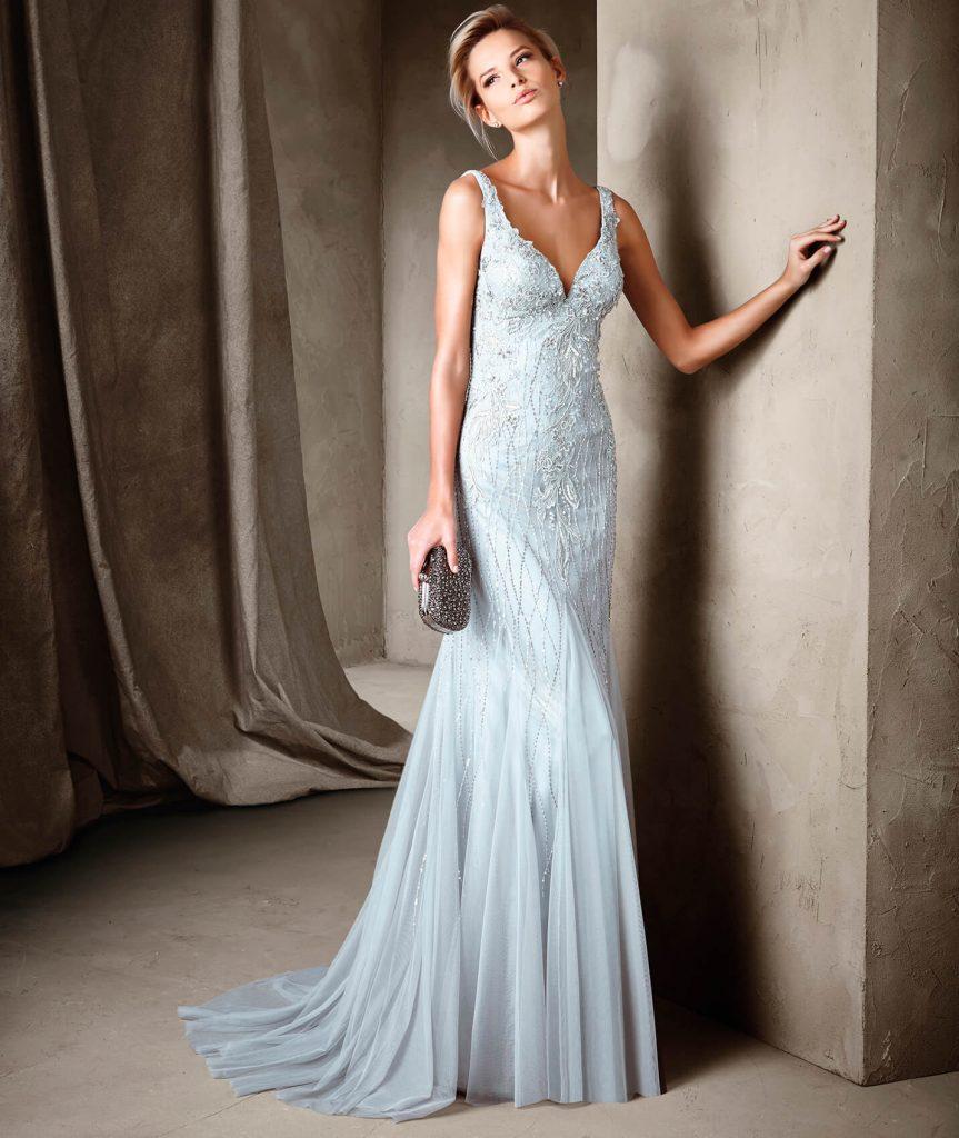 Robe de soirée longue tendance été 2017 - CONARY : Majestueuse robe longue style sirène et décolleté en V sur le devant et dans le dos. Une sublime combinaison de tulle, broderie de fil et Chantilly accompagnés d'éléments de pierres fines qui embellissent la silhouette de la femme.