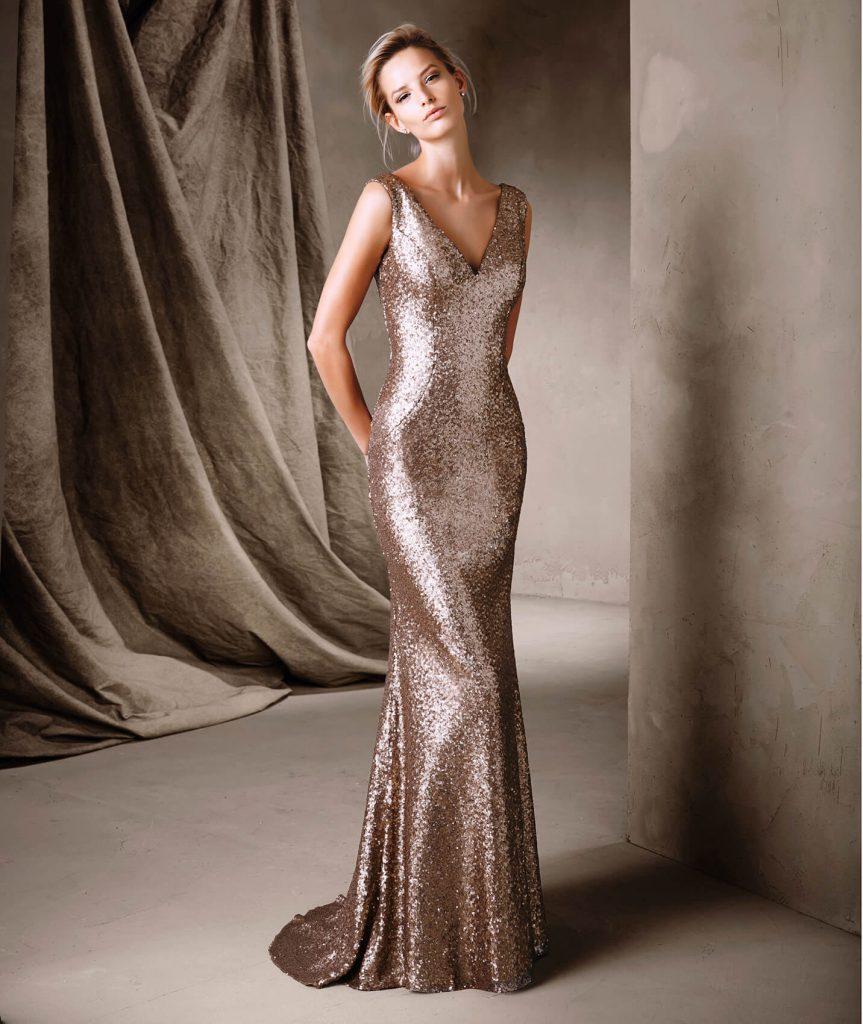 Robe de soirée longue tendance été 2017 - CORELA : Superbe robe de soirée longue confectionnée en pierres fines avec un décolleté profond en V, dans un style sirène qui met la silhouette en valeur. Une splendide création pour briller en soirées.