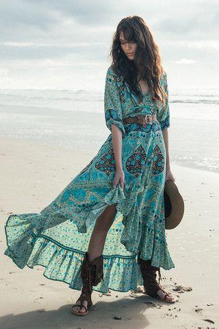 Vision ensoleillée en robe beige-turquoise et bijoux ethniques en argent