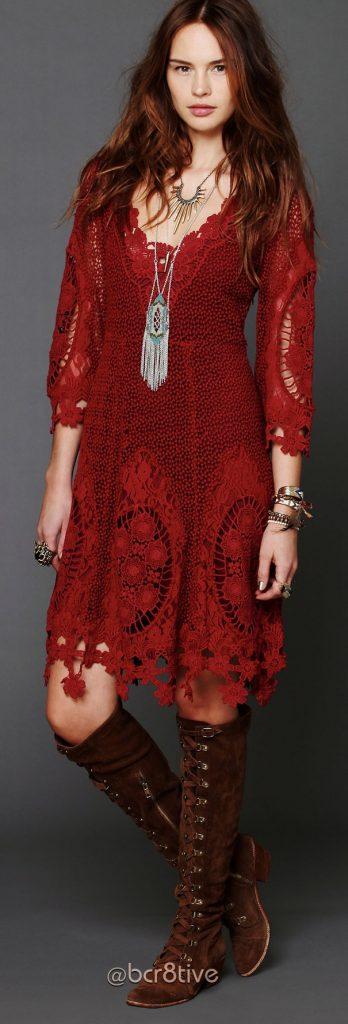 Manifestez votre personnalité passionnante avec une robe rouge à motifs ethniques