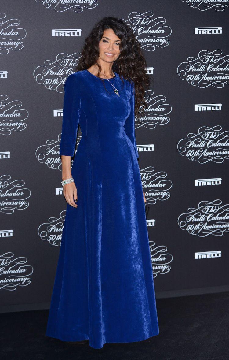 Afef Jnifen porte l'Alberta Ferretti lors du 50e anniversaire du calendrier Pirelli