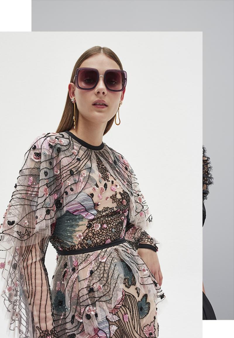Gardant cette ligne directrice, fidèle aux créations haute couture, Elie Saab a su créer des lunettes de qualité, raffinées et légères se composant principalement de métal torsadé en feuillages, revêtant des formes oversize tantôt carrées tantôt rondes aux couleurs du soleil méditerranéen.
