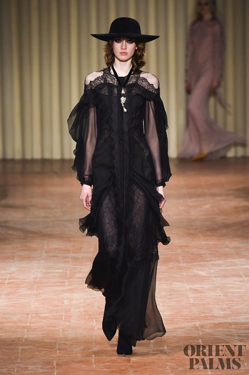 Robe noire chic tendance 2018 - modele Alberta Ferretti