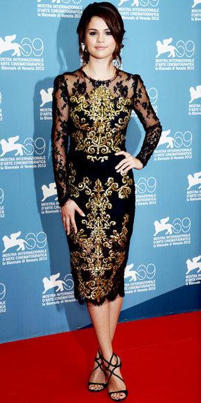 Au Festival du film de Venise, Selena Gomez a assisté à un événement de presse Spring Breakers dans la robe de cocktail noire en dentelle brodée de Dolce & Gabbana, avec une silhouette enveloppante et des surfaces transparentes.