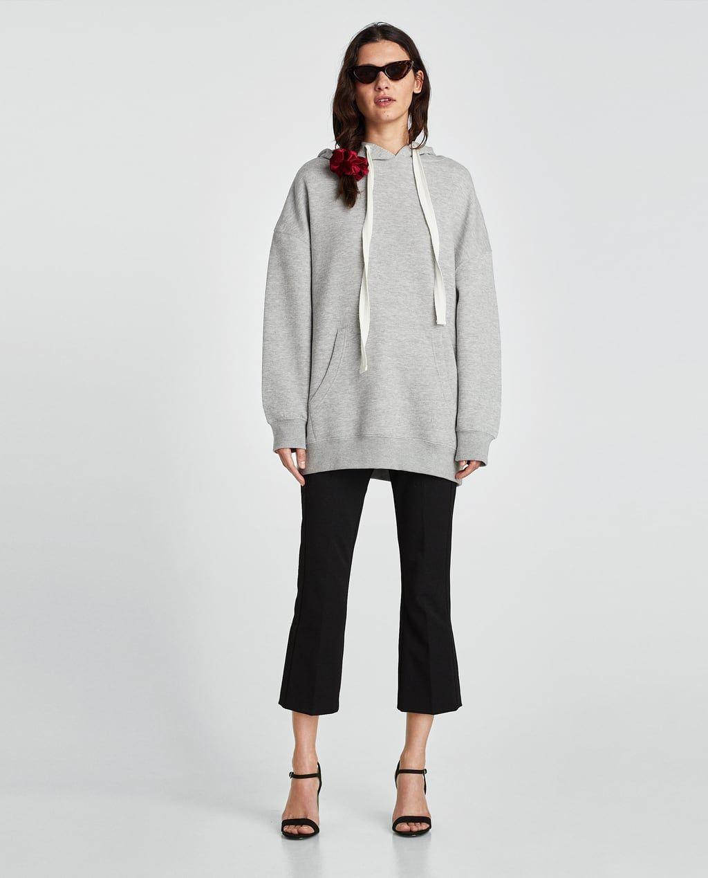Le pantalon évasé n'est peut-être pas votre premier choix pour un sweat à capuche, mais il fonctionne parfaitement (et ce chouchou aussi).