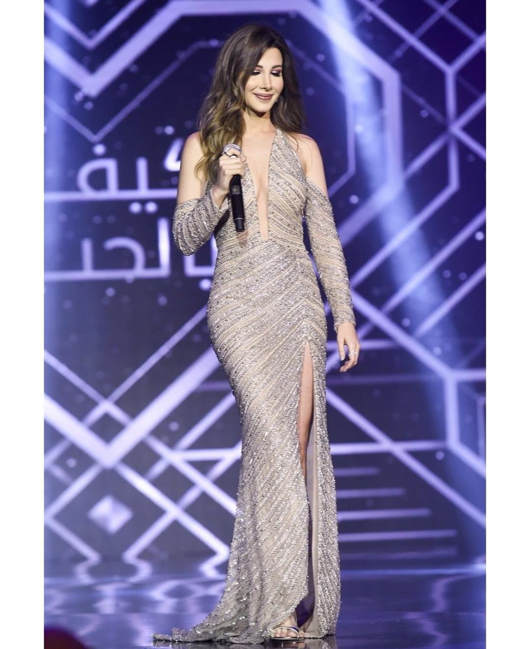 La super-star Nancy Ajram, très chic avec sa robe George Hobeika