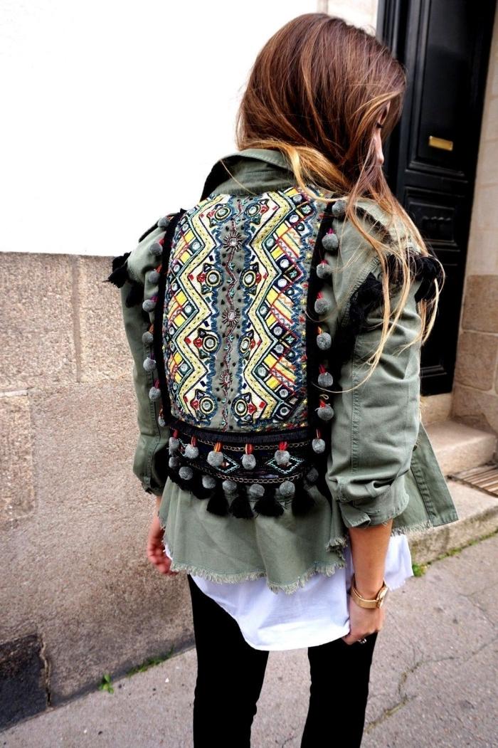 look veste kaki, modèle de veste militaire avec décoration sur le dos en pompons et motifs géométriques