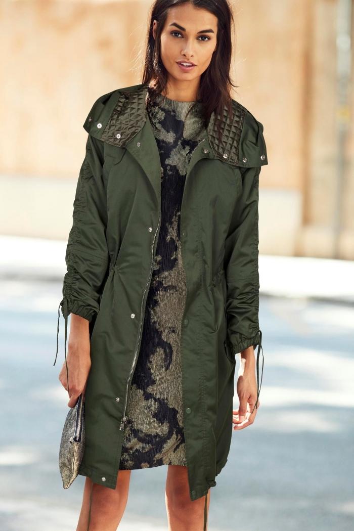 tenue kaki, look féminin casual avec robe officielle en vert et noir combinée avec manteau long de nuance verte kaki
